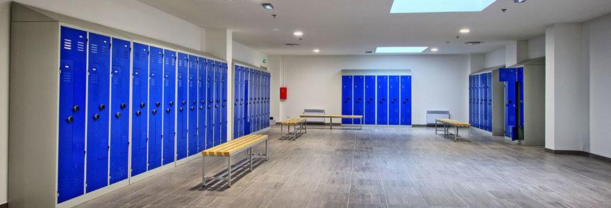 Grand vestiaire dans une salle prévue à cet effet